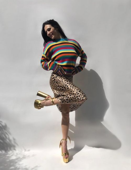 Pretty leopard skirt_Must-Have_Leopard Skirt_Animal Print_Girl with Leo Skirt, colourful Pullover and golden Shoes