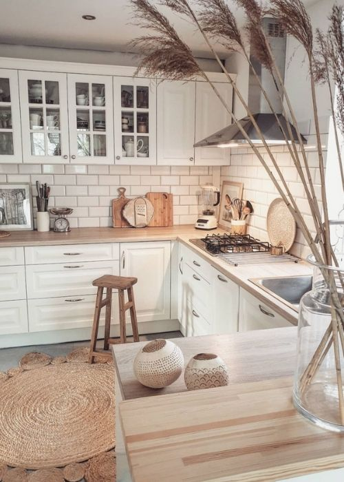 Natural Decoration_White farmhouse Kitchen in Boho Style