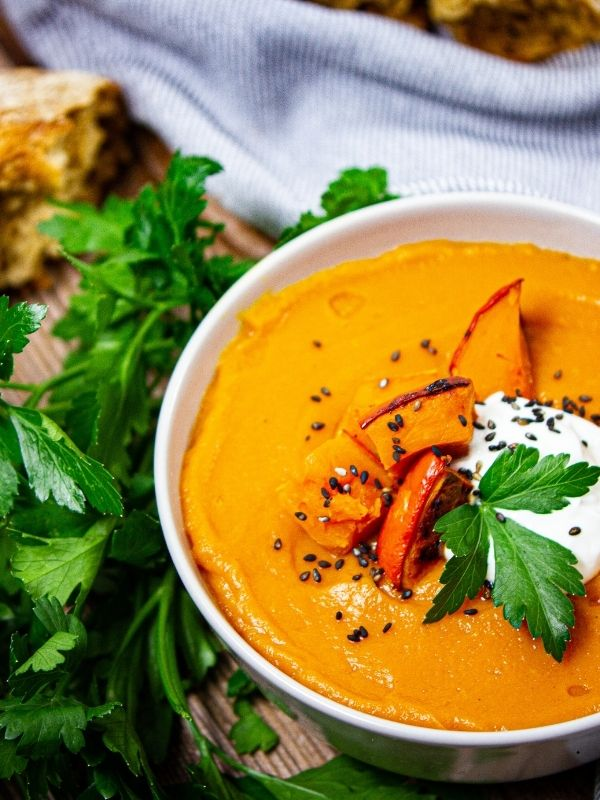 Coco-Cino_Extra-Light Pumpkin soup with garnish, seeds, bread and coriander