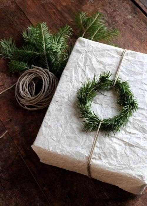 minimalist white christmas packaging with natural, silber and branch ring
