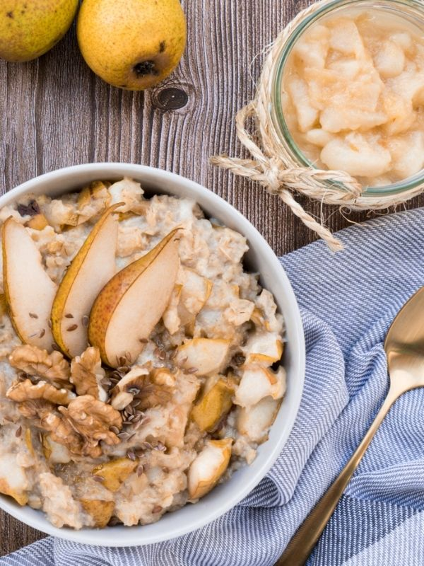 Creamy Pear and Walnut Porridge_Flatlay_Porridge Bowl with golden Spoon, two pears and pear puree