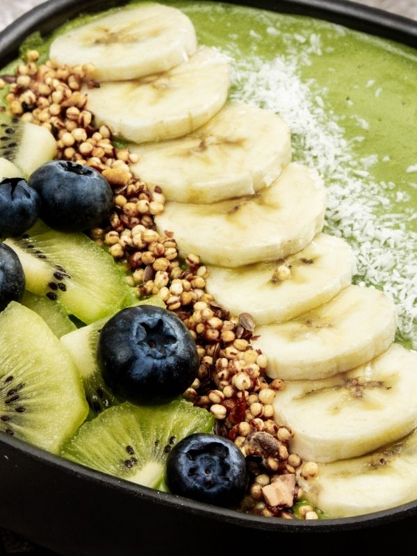 Green Yogurt Smoothie Bowl_Green bowl with blueberries, banana and granola_close-up
