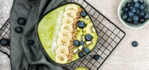 Green Yogurt Smoothie Bowl_Green bowl with blueberries, banana and granola_flatlay