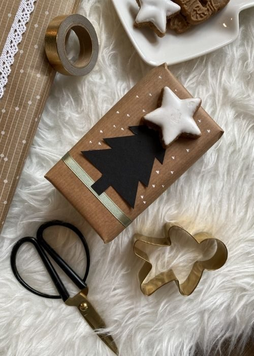 easy and natural christmas packaging with black paper christmas tree and start biscuit