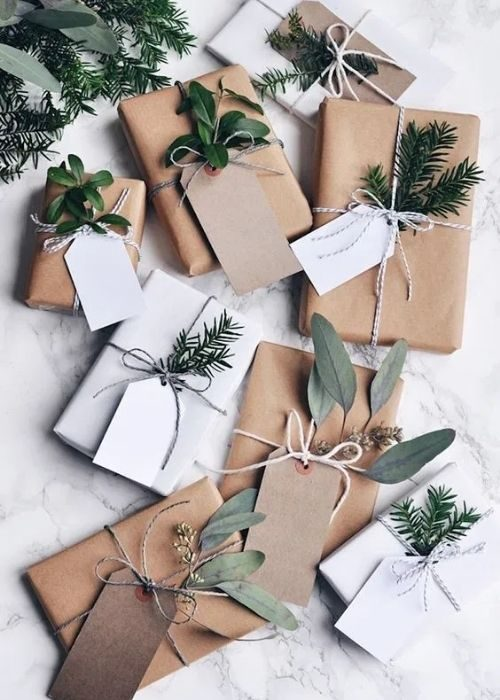 Christmas Gift Wraps_natural christmas packaging with natural robe, name tags and branches