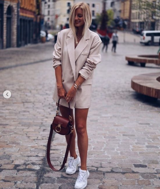 Coco-Cino_Lifestyle and Fashion_Shop the Look_Girl with beige oversize blazer, white sneakers, brown handbag and juwellery